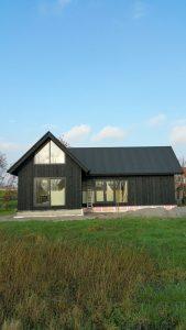 zomerhuis Buitengevels afgewerkt met duurzaam zwart gespoten houten delen
